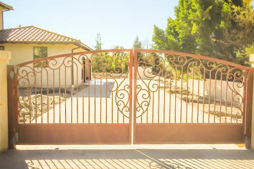 schuvega ironworks driveway gate clairmont